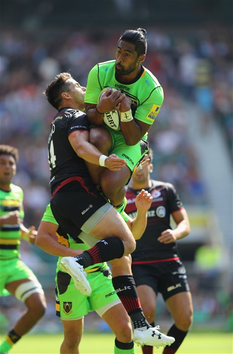 LONDON, ENGLAND - SEPTEMBER 02:  Ahsee Tuala of Northampton Saints catches the ball ahead of Sean Maitland of Saracens during the Aviva Premiership match between Saracens and Northampton Saints at Twickenham Stadium on September 2, 2017 in London, England.  (Photo by Warren Little/Getty Images)