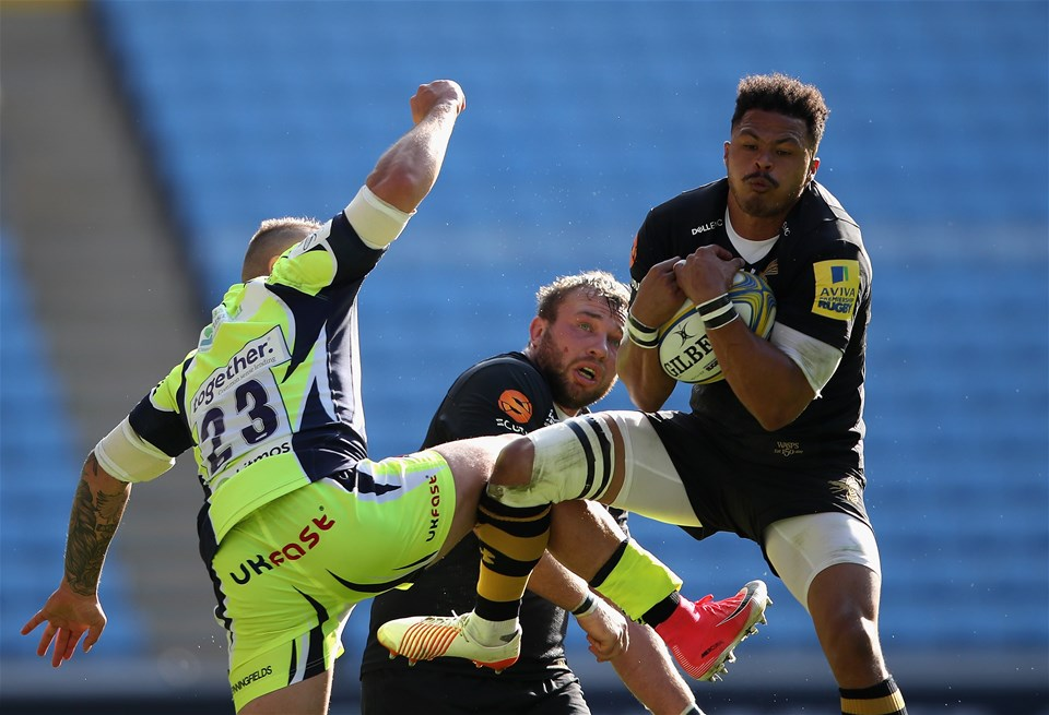 COVENTRY, ENGLAND - SEPTEMBER 02:  Juan De Jongh of Wasps out jumps Mark Jennings of Sale Sharks during the Aviva Premiership match between Wasps and Sale Sharks at The Ricoh Arena on September 2, 2017 in Coventry, England.  (Photo by Clive Mason/Getty Images)