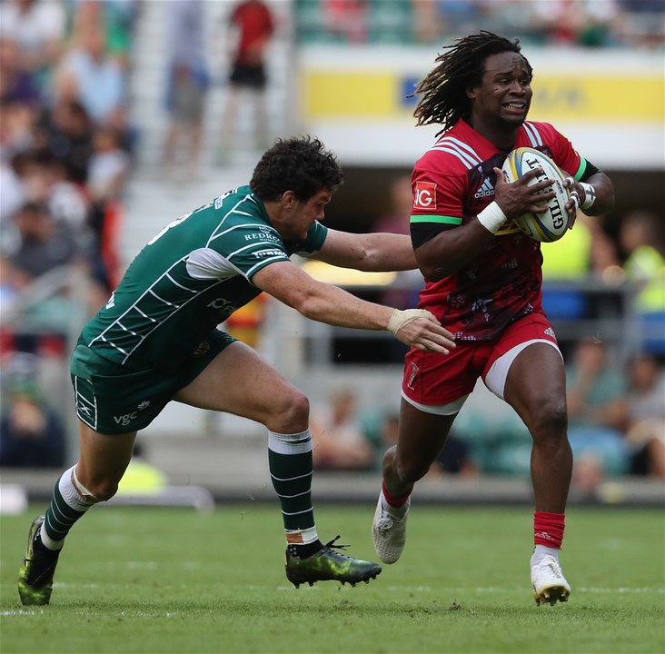 LONDON, ENGLAND - SEPTEMBER 02:  Marland Yarde of Harlequins breaks with the ball past Ciaran Hearn during the Aviva Premiership match between London Irish and Harlequins at Twickenham Stadium on September 2, 2017 in London, England.  (Photo by David Rogers/Getty Images)