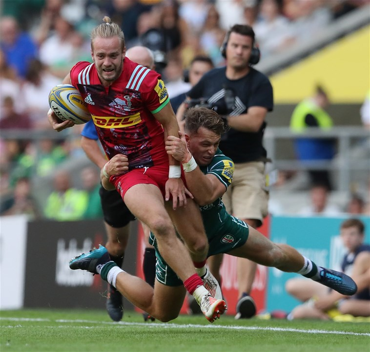 LONDON, ENGLAND - SEPTEMBER 02:   Charlie Walker of Harlequins breaks with the ball during the Aviva Premiership match between London Irish and Harlequins at Twickenham Stadium on September 2, 2017 in London, England.  (Photo by David Rogers/Getty Images)