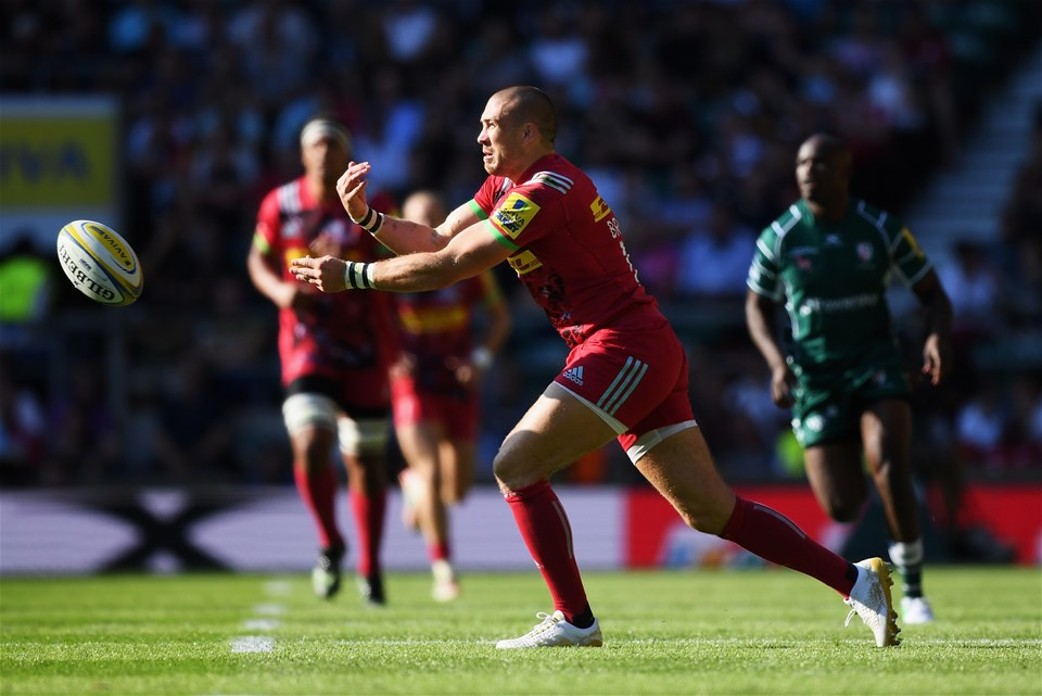 LONDON, ENGLAND - SEPTEMBER 02:  Mike Brown of Harlequins passes the ball during the Aviva Premiership match between London Irish and Harlequins at Twickenham Stadium on September 2, 2017 in London, England.  (Photo by Shaun Botterill/Getty Images)