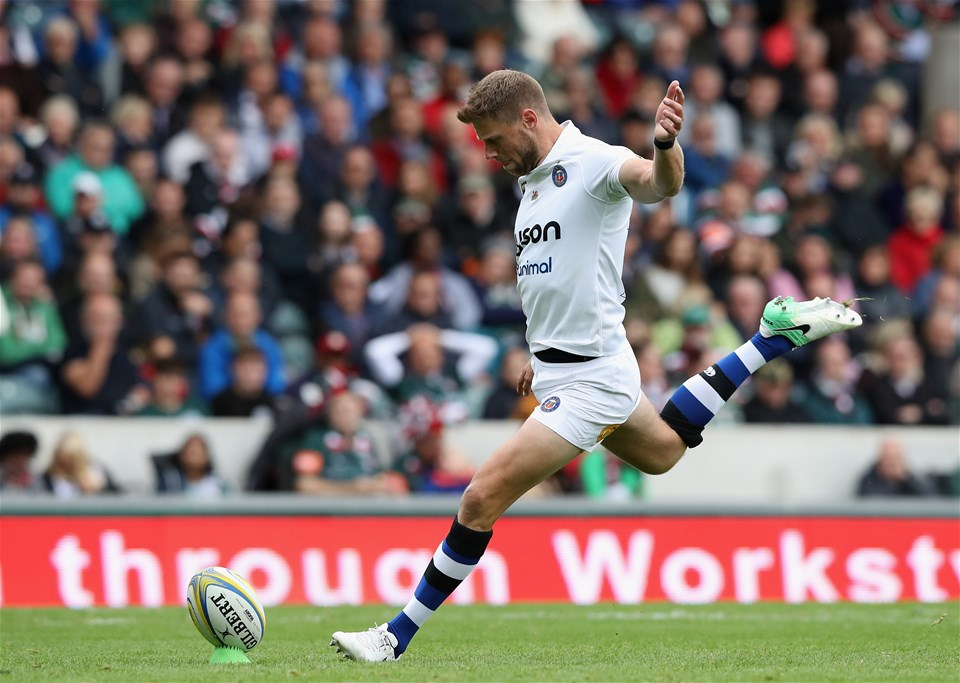 LEICESTER, ENGLAND - SEPTEMBER 03:  Rhys Priestland of Bath kicks a penalty during the Aviva Premiership match between Leicester Tigers and Bath Rugby at Welford Road on September 3, 2017 in Leicester, England.  (Photo by David Rogers/Getty Images)