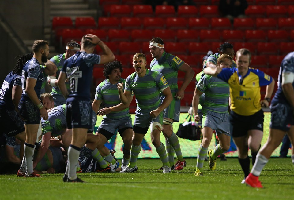 SALFORD, ENGLAND - SEPTEMBER 08:  Chris Harris of Newcastle Falcons celebrates with team mates after they are awarded a penalty try to win the match during the Aviva Premiership match between Sale Sharks and Newcastle Falcons at AJ Bell Stadium on September 8, 2017 in Salford, England.  (Photo by Alex Livesey/Getty Images)