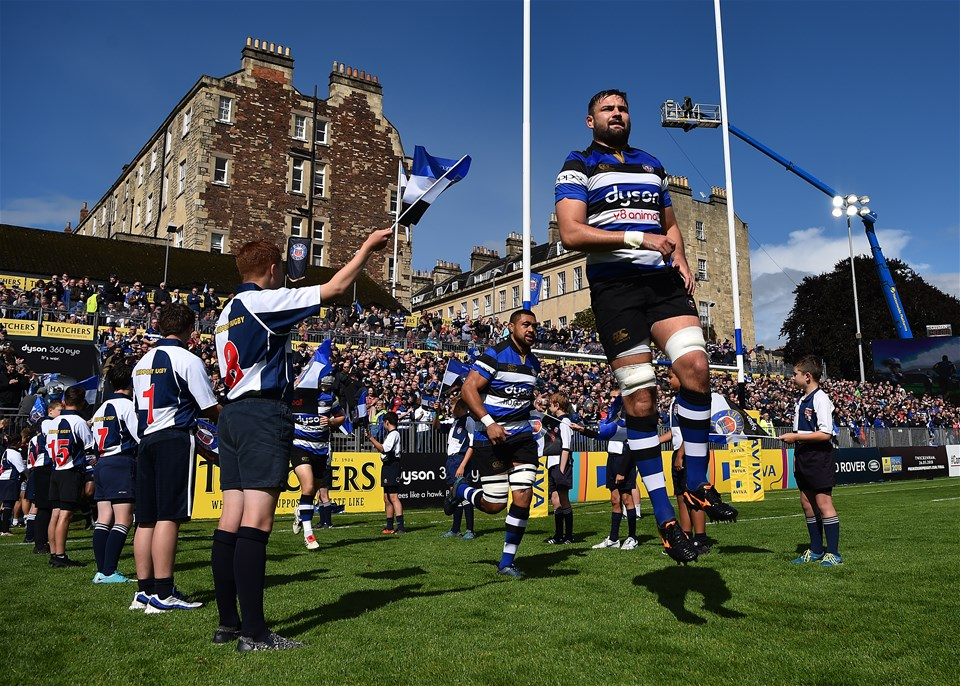 BATH, ENGLAND - SEPTEMBER 09:  Elliott Stooke of Bath makes his way onto the pitch during the Aviva Premiership match between Bath Rugby and Saracens at Recreation Ground on September 9, 2017 in Bath, England. (Photo by Dan Mullan/Getty Images)