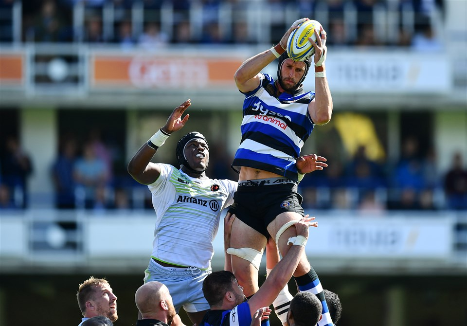 BATH, ENGLAND - SEPTEMBER 09:  Luke Charteris of Bath claims the line out ahead of Maro Itoje of Saracens during the Aviva Premiership match between Bath Rugby and Saracens at Recreation Ground on September 9, 2017 in Bath, England. (Photo by Dan Mullan/Getty Images)