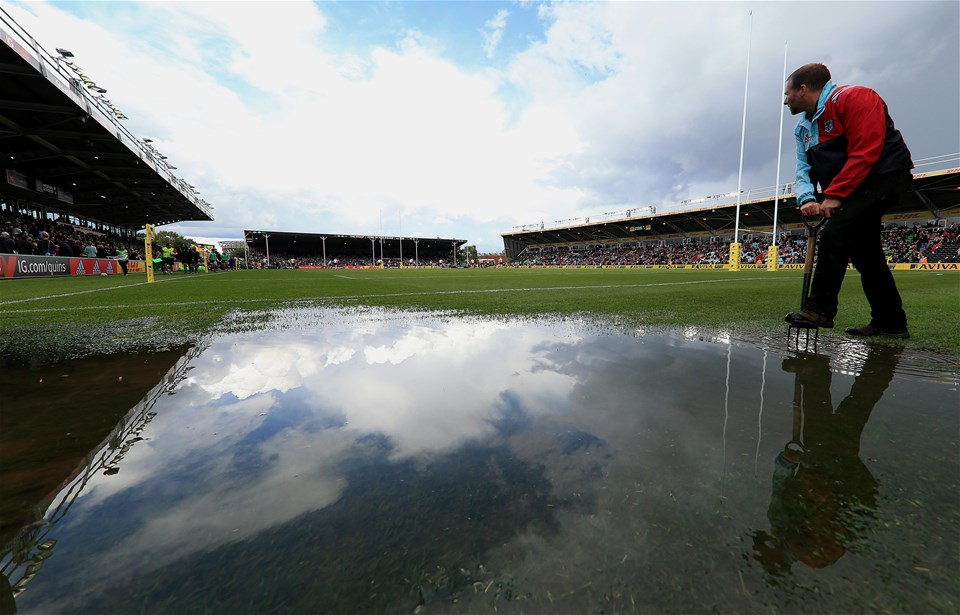 LONDON, ENGLAND - SEPTEMBER 09:  Torrential rain causes flooding on the pitch during the Aviva Premiership match between Harlequins and Gloucester Rugby at Twickenham Stoop on September 9, 2017 in London, England. (Photo by Stephen Pond/Getty Images)