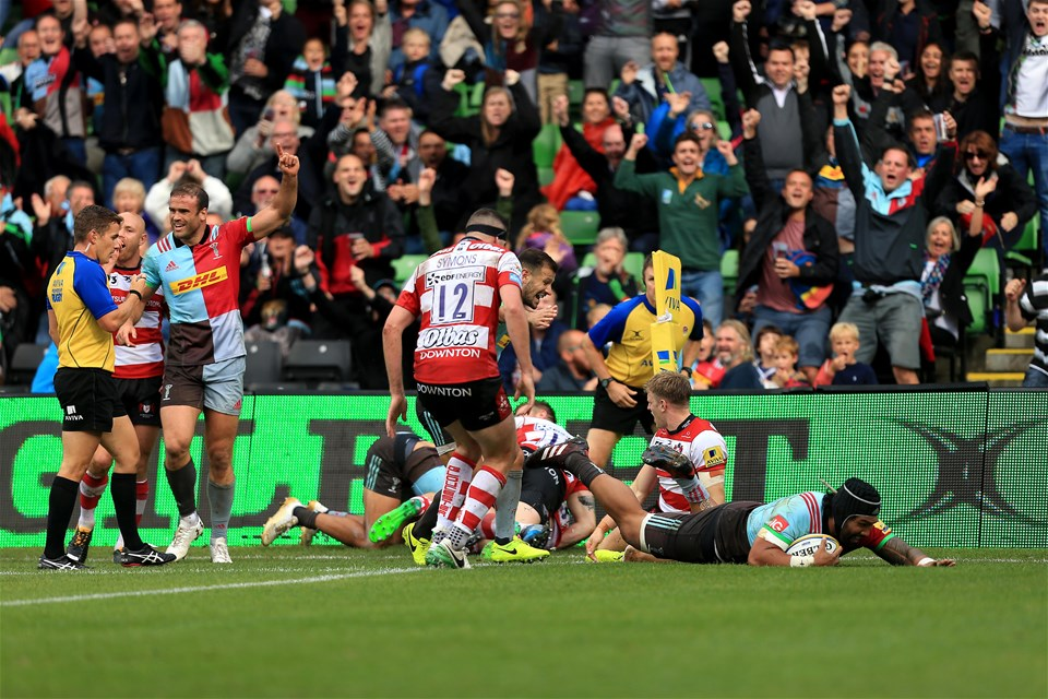 LONDON, ENGLAND - SEPTEMBER 09:  Matt Luamanu of Harlequins scores a try during the Aviva Premiership match between Harlequins and Gloucester Rugby at Twickenham Stoop on September 9, 2017 in London, England. (Photo by Stephen Pond/Getty Images)