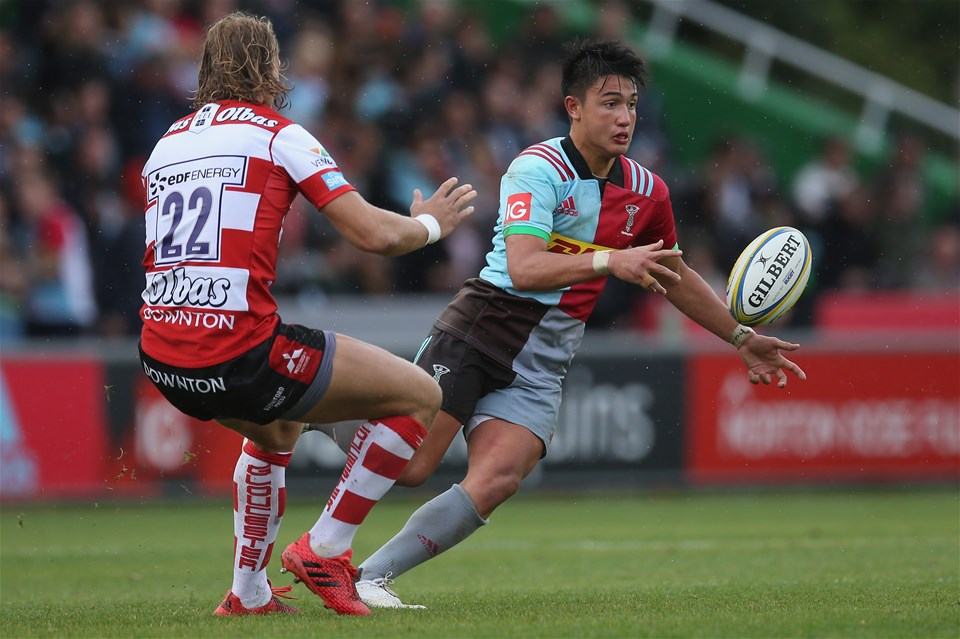 LONDON, ENGLAND - SEPTEMBER 09: Marcus Smith of Harlequins passes the ball whilst under pressure from Billy Twelvetrees of Gloucester Rugby during the Aviva Premiership match between Harlequins and Gloucester Rugby at Twickenham Stoop on September 9, 2017 in London, England.  (Photo by Steve Bardens/Getty Images for Harlequins)