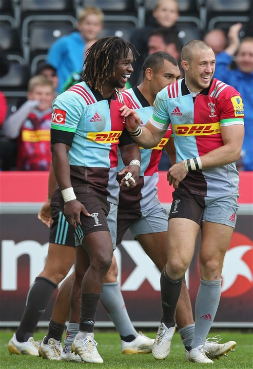 LONDON, ENGLAND - SEPTEMBER 09: Marland Yarde of Harlequins  (L) celebrates scoring a try with Mike Brown during the Aviva Premiership match between Harlequins and Gloucester Rugby at Twickenham Stoop on September 9, 2017 in London, England.  (Photo by Steve Bardens/Getty Images for Harlequins)