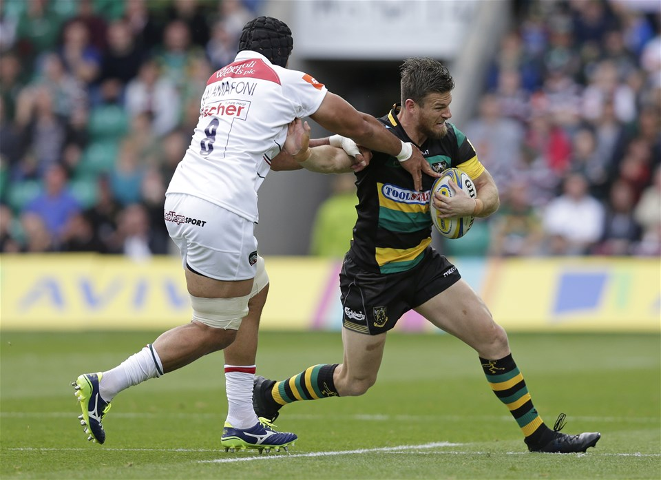 NORTHAMPTON, ENGLAND - SEPTEMBER 09: Rob Horne of Northampton Saints and Sione Kalamafoni of Leicester Tigers during the Aviva Premiership match between Northampton Saints and Leicester Tigers at Franklin's Gardens on September 9, 2017 in Northampton, England. (Photo by Henry Browne/Getty Images)