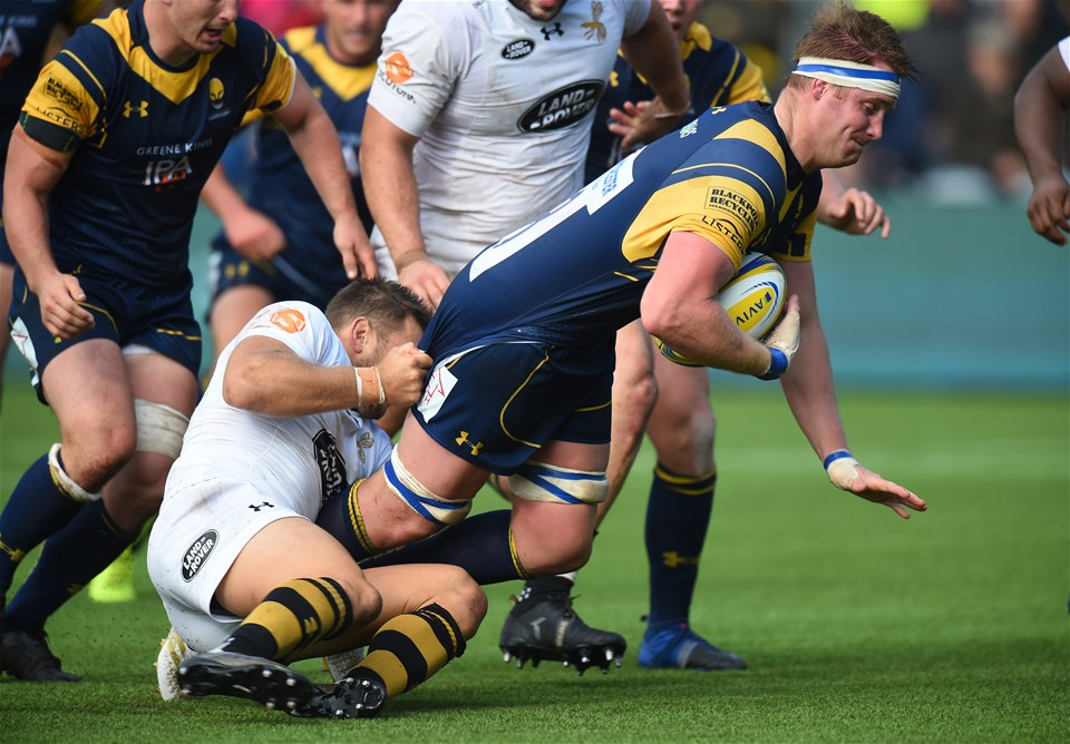 WORCESTER, ENGLAND - SEPTEMBER 10: GJ van Velze of Worcester Warriors is tackled by Jimmy Gopperth of Wasps during the Aviva Premiership match between Worcester Warriors and Wasps at Sixways Stadium on September 10, 2017 in Worcester, England.  (Photo by Tony Marshall/Getty Images)