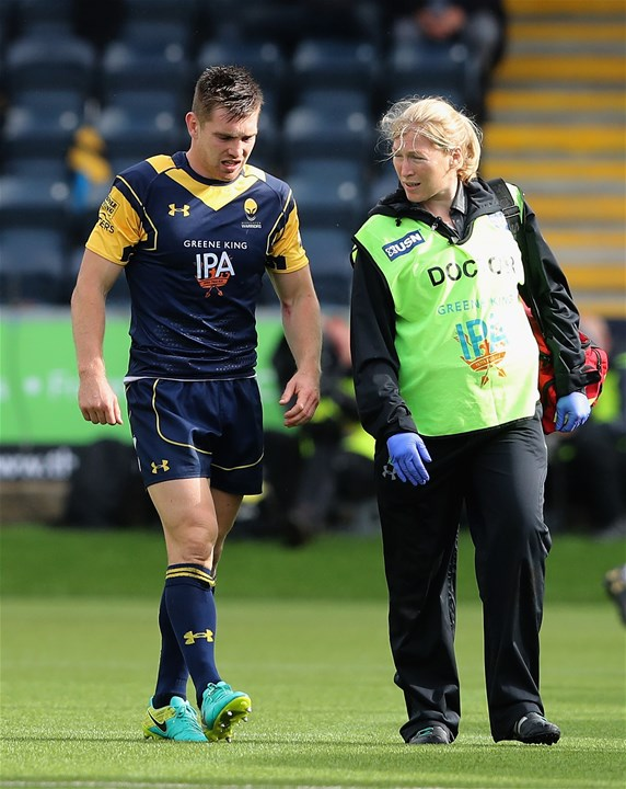 WORCESTER, ENGLAND - SEPTEMBER 10:  Tom Heathcote of Worcester is helped off the pitch after sustaining a head injury during the Aviva Premiership match between Worcester Warriors and Wasps at Sixways Stadium on September 10, 2017 in Worcester, England.  (Photo by David Rogers/Getty Images)