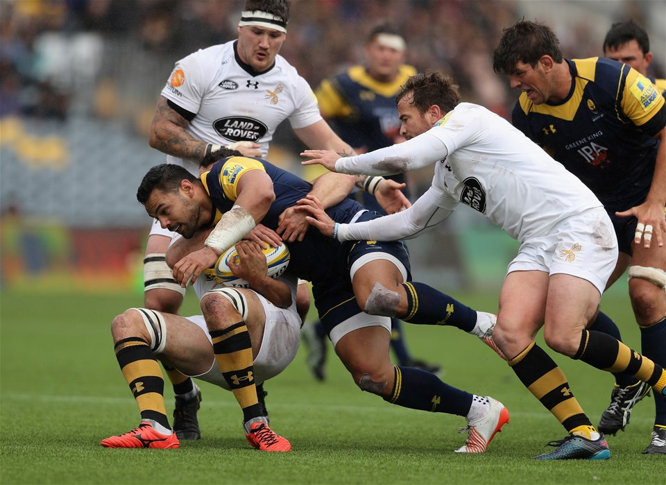 WORCESTER, ENGLAND - SEPTEMBER 10:  Ben Te'o of Worcester is tackled during the Aviva Premiership match between Worcester Warriors and Wasps at Sixways Stadium on September 10, 2017 in Worcester, England.  (Photo by David Rogers/Getty Images)