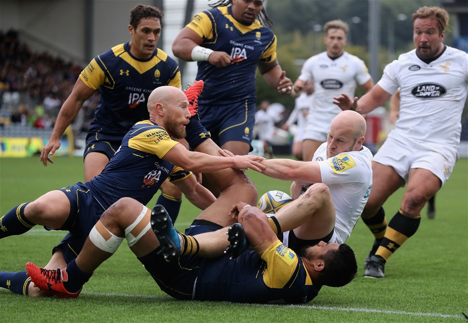 WORCESTER, ENGLAND - SEPTEMBER 10:  Joe Simpson of Wasps is tackled during the Aviva Premiership match between Worcester Warriors and Wasps at Sixways Stadium on September 10, 2017 in Worcester, England.  (Photo by David Rogers/Getty Images)