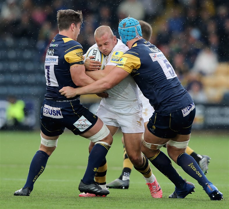WORCESTER, ENGLAND - SEPTEMBER 10:  Tom Cruse of Wasps is tackled by Sam Lewis (L) and Pierce Phillips during the Aviva Premiership match between Worcester Warriors and Wasps at Sixways Stadium on September 10, 2017 in Worcester, England.  (Photo by David Rogers/Getty Images)