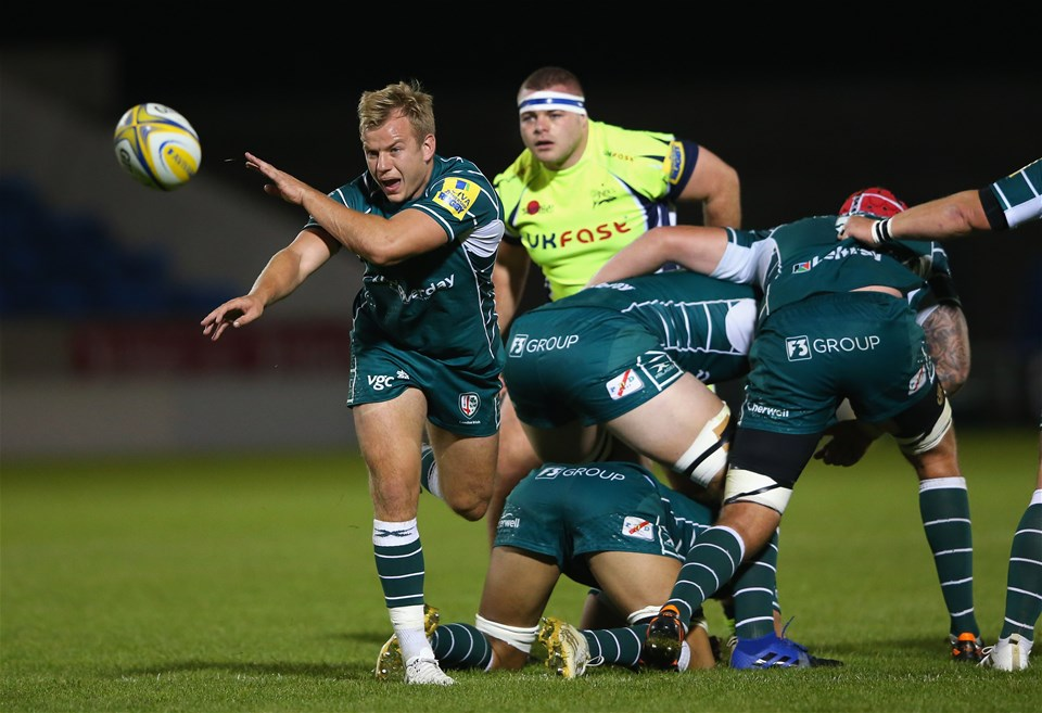 SALFORD, ENGLAND - SEPTEMBER 15:  Scott Steele of London Irish passes the ball during the Aviva Premiership match between Sale Sharks and London Irish at AJ Bell Stadium on September 15, 2017 in Salford, England.  (Photo by Alex Livesey/Getty Images)