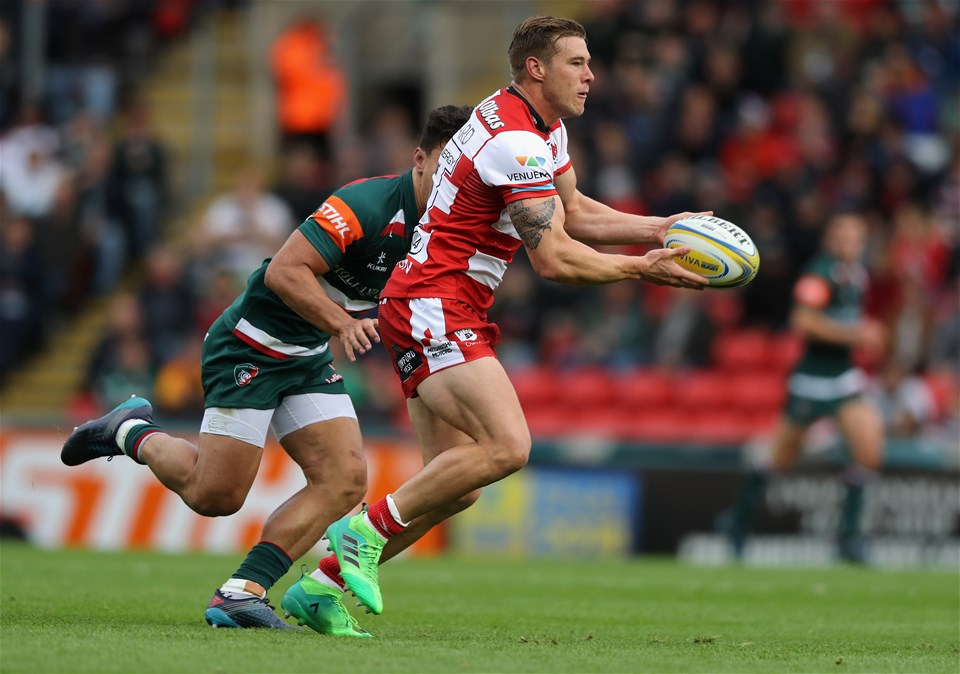 LEICESTER, ENGLAND - SEPTEMBER 16:  Jason Woodward of Gloucester moves past Matt Toomua during the Aviva Premiership match between Leicester Tigers and Gloucester Rugby at Welford Road on September 16, 2017 in Leicester, England.  (Photo by David Rogers/Getty Images)