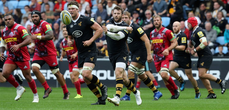 COVENTRY, ENGLAND - SEPTEMBER 17:  Elliot Daly of Wasps passes the ball during the Aviva Premiership match between Wasps and Harlequins at The Ricoh Arena on September 17, 2017 in Coventry, England.  (Photo by David Rogers/Getty Images)