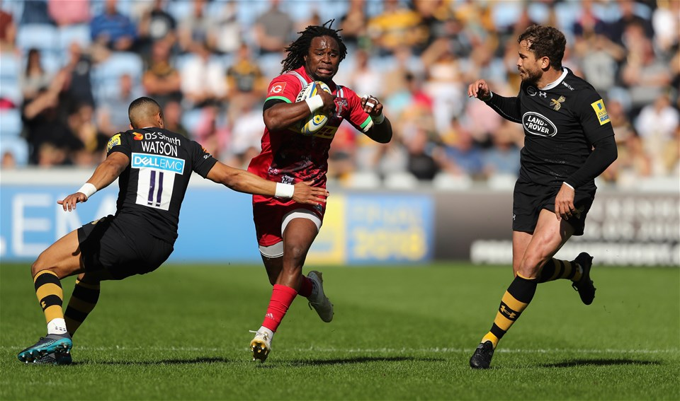 COVENTRY, ENGLAND - SEPTEMBER 17:  Marland Yarde of Harlequins is tackled by Marcus Watson (L) and Danny Cipriani during the Aviva Premiership match between Wasps and Harlequins at The Ricoh Arena on September 17, 2017 in Coventry, England.  (Photo by David Rogers/Getty Images)