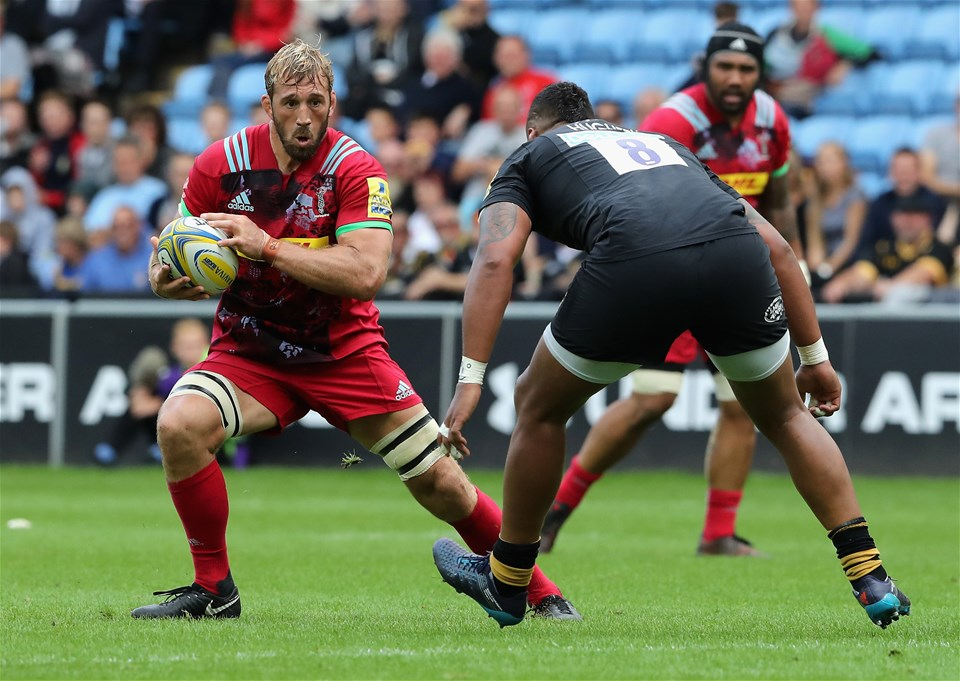 COVENTRY, ENGLAND - SEPTEMBER 17:  Chris Robshaw of Harlequins takes on Nathan Hughes during the Aviva Premiership match between Wasps and Harlequins at The Ricoh Arena on September 17, 2017 in Coventry, England.  (Photo by David Rogers/Getty Images)