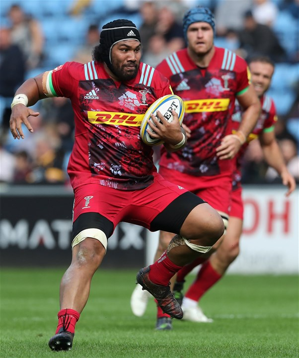 COVENTRY, ENGLAND - SEPTEMBER 17:  Mat Luamanu of Harlequins runs with the ball during the Aviva Premiership match between Wasps and Harlequins at The Ricoh Arena on September 17, 2017 in Coventry, England.  (Photo by David Rogers/Getty Images)