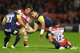 GLOUCESTER, ENGLAND - SEPTEMBER 22:  Ben Te'o of Worcester Warriors feeds a pass to Jackson Willison (L) as Mark Atkinson of Gloucester holds on during the Aviva Premiership match between Gloucester Rugby and Worcester Warriors at Kingsholm Stadium on September 22, 2017 in Gloucester, England.  (Photo by Michael Steele/Getty Images)