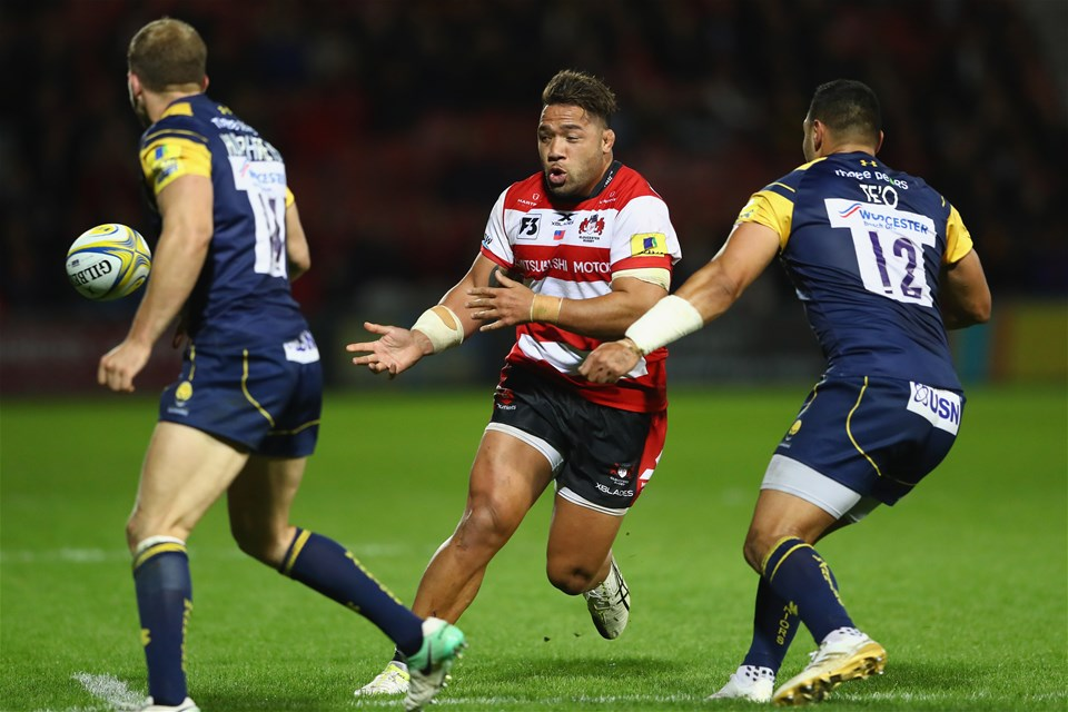 GLOUCESTER, ENGLAND - SEPTEMBER 22:  Motu Mati'u of Gloucesterfeeds a pass as Ben Te'o (R) and Perry Humphreys (L) of Worcester close in during the Aviva Premiership match between Gloucester Rugby and Worcester Warriors at Kingsholm Stadium on September 22, 2017 in Gloucester, England.  (Photo by Michael Steele/Getty Images)