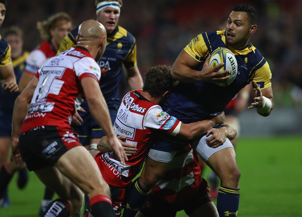 GLOUCESTER, ENGLAND - SEPTEMBER 22:  Ben Te'o of Worcester looks for support as Jason Woodward  of Gloucester holds on during the Aviva Premiership match between Gloucester Rugby and Worcester Warriors at Kingsholm Stadium on September 22, 2017 in Gloucester, England.  (Photo by Michael Steele/Getty Images)