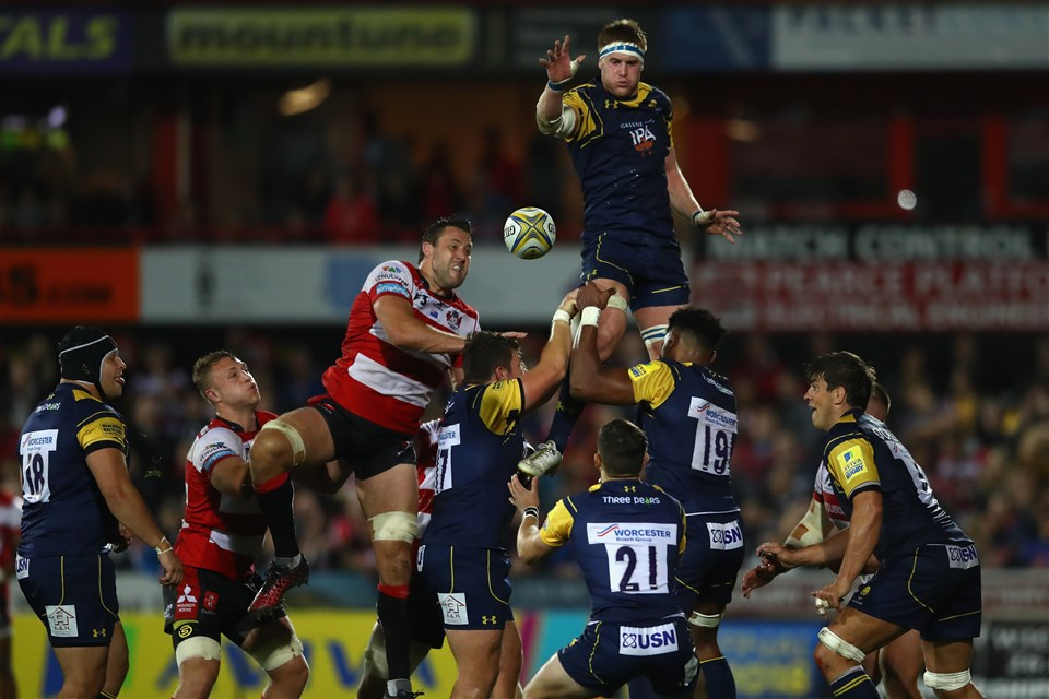 GLOUCESTER, ENGLAND - SEPTEMBER 22:  GJ van Velze of Worcester Warriors wins a lineout from Jeremy Thrush of Gloucester during the Aviva Premiership match between Gloucester Rugby and Worcester Warriors at Kingsholm Stadium on September 22, 2017 in Gloucester, England.  (Photo by Michael Steele/Getty Images)