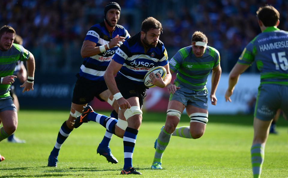 BATH, ENGLAND - SEPTEMBER 23: Elliott Stooke of Bath Rugby (C) makes a break during the Aviva Premiership match between Bath Rugby and Newcastle Falcons at the Recreation Ground on September 23, 2017 in Bath, England. (Photo by Harry Trump/Getty Images)