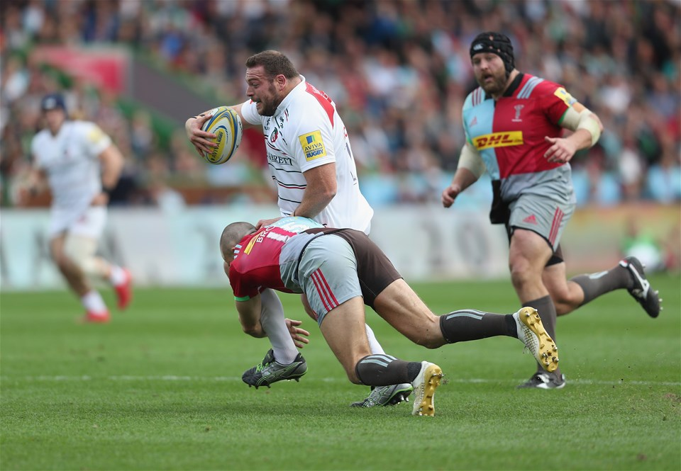 LONDON, ENGLAND - SEPTEMBER 23:  Greg Bateman of Leicester Tigers gets away from a tackle by Mike Brown of Harlequins to score a try during the Aviva Premiership match between Harlequins and Leicester Tigers at Twickenham Stoop on September 23, 2017 in London, England.  (Photo by Christopher Lee/Getty Images)