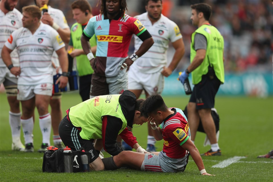 LONDON, ENGLAND - SEPTEMBER 23:  Marcus Smith of Harlequins recieves treatment on his leg during the Aviva Premiership match between Harlequins and Leicester Tigers at Twickenham Stoop on September 23, 2017 in London, England.  (Photo by Christopher Lee/Getty Images)