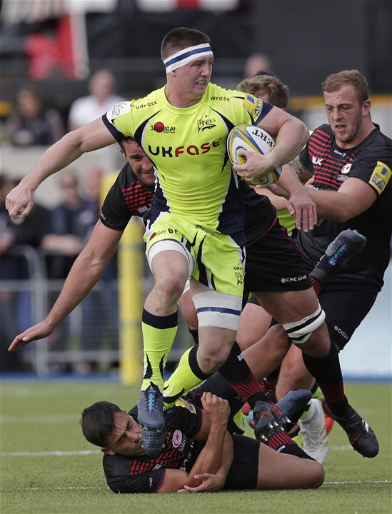 BARNET, ENGLAND - SEPTEMBER 23: Tom Curry of Sale Sharks and Alex Lozowski of Saracens during the Aviva Premiership match between Saracens and Sale Sharks at Allianz Park on September 23, 2017 in Barnet, England. (Photo by Henry Browne/Getty Images)