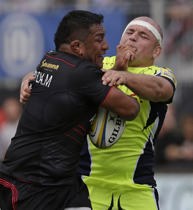 BARNET, ENGLAND - SEPTEMBER 23: Mako Vunipola of Saracens  and Alex Tarus of Sale Sharks during the Aviva Premiership match between Saracens and Sale Sharks at Allianz Park on September 23, 2017 in Barnet, England. (Photo by Henry Browne/Getty Images)